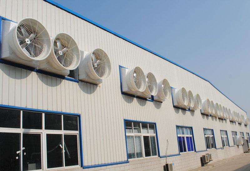 有通风天窗的钢结构厂房屋顶安装工厂降温设备直接